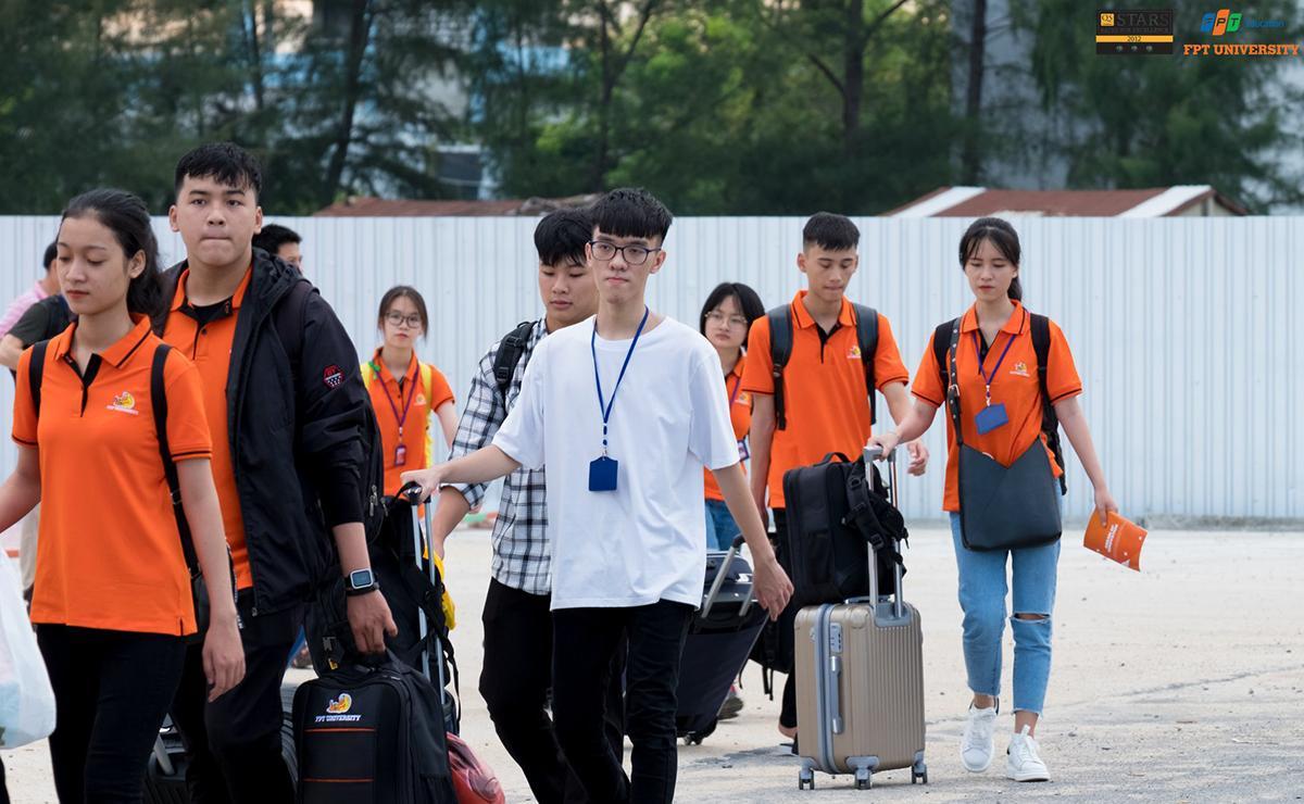Ngay từ cổngKhu đô thị công nghệ FPT, từng nhóm sinh viên nối tiếp nhau đi vào khuôn viên của campus.