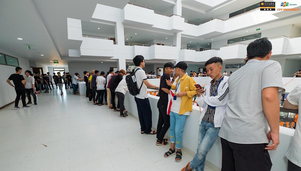 Với ngôi trường được thiết kế hiện đại và độc đáo, sinh viên FPT không ngần ngại khám phá từng ngóc ngách.