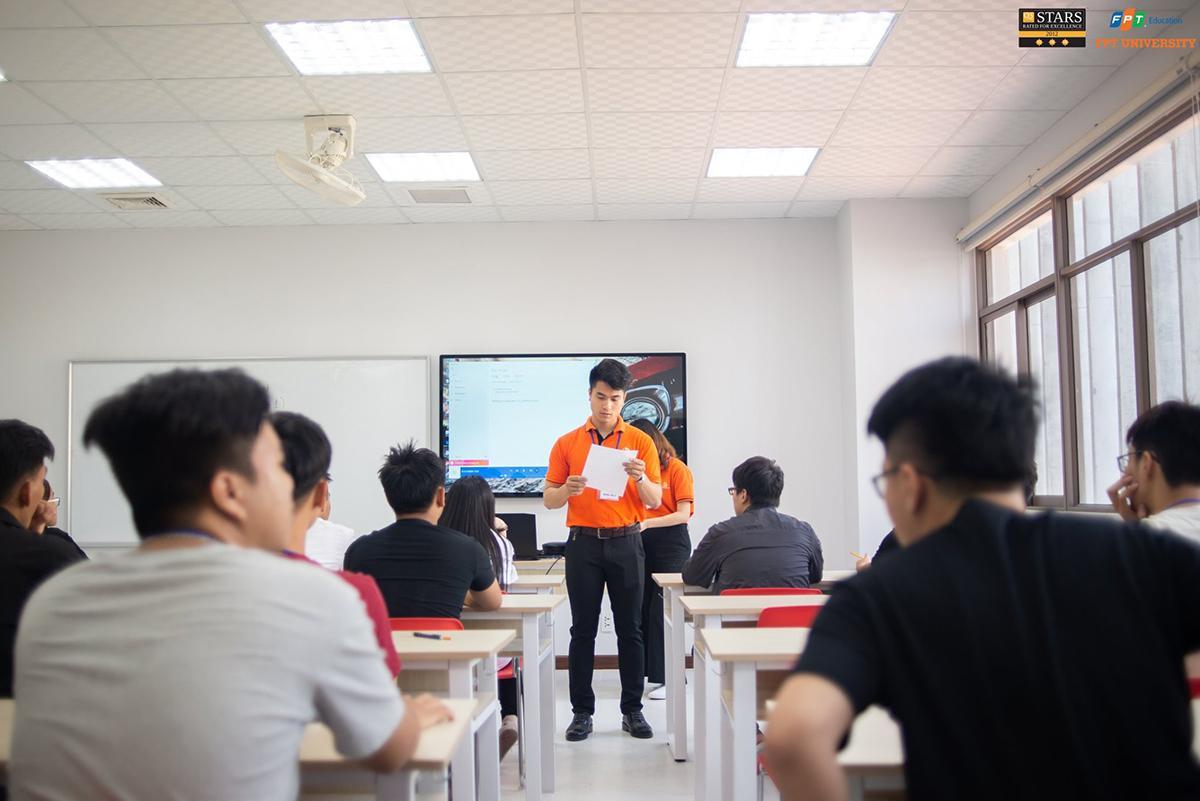 Gần 600 sinh viên khóa 15 còn được tổ chức thi xếp lớp tiếng Anh.
