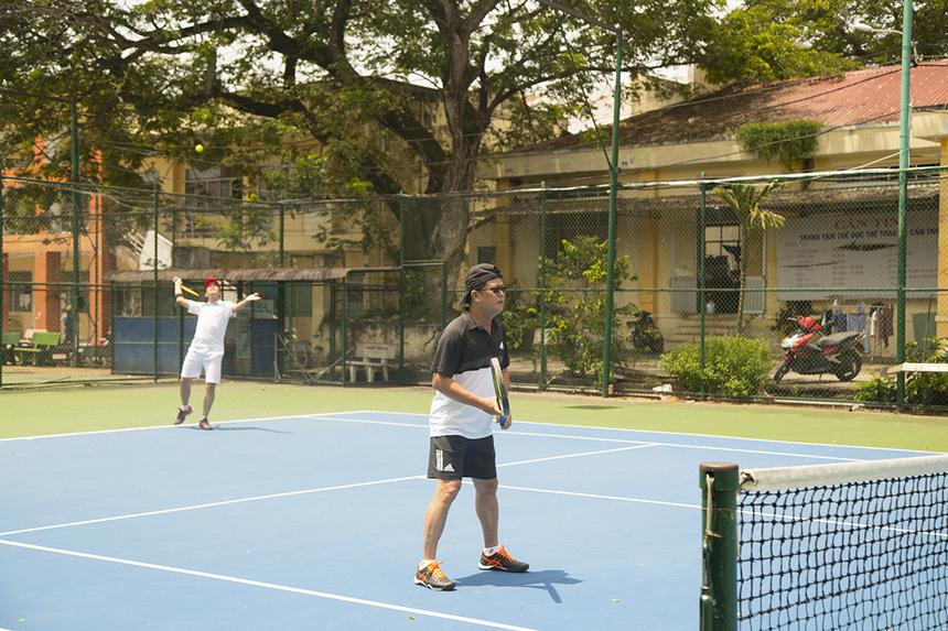 Dù thời tiết nắng nóng, các đôi VĐV vẫn thi đấu đầy quyết tâm tại Trung tâm tennis Bãi Cát (TP Cần Thơ).