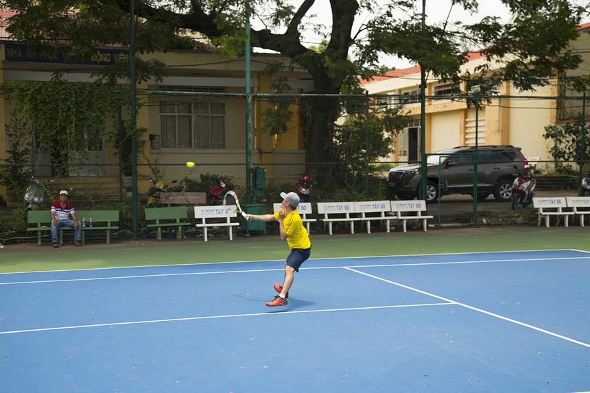 Anh Hoàng Mạnh Đạt (Công ty Nam Long) thực hiện cú volley lên lưới trong trận bán kết.