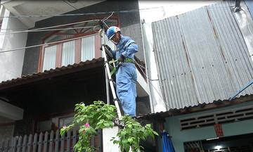 Kỹ thuật viên FPT Telecom Tiền Giang vượt khó mùa mưa