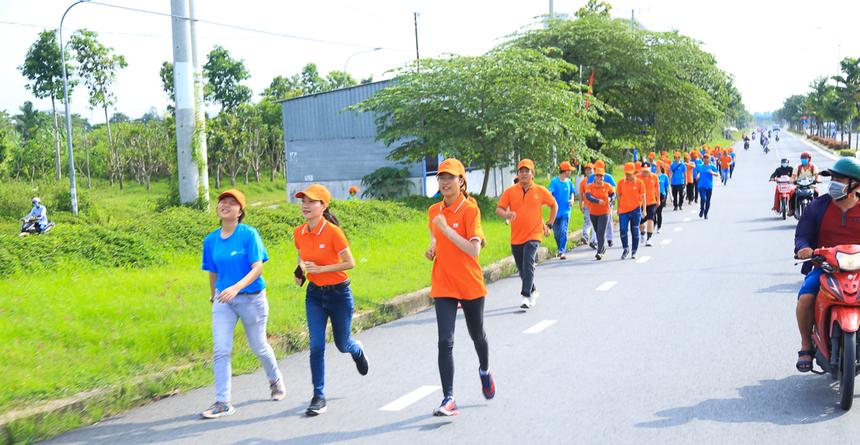 Nếu như nhà F miền Bắc có lễ hội Color me run, người FPT HCM có lễ hội Ánh trăng thì người miền Tây đã cùng xuống đường chạy bộ để mừng sinh nhật tập đoàn.Chương trình chạy Marathon mừng sinh nhật FPT vừa diễn ra từ 15h30 chiều nay (ngày 10/9 với sự tham gia của khoảng 1.000 thành viên nhà F miền Tây.