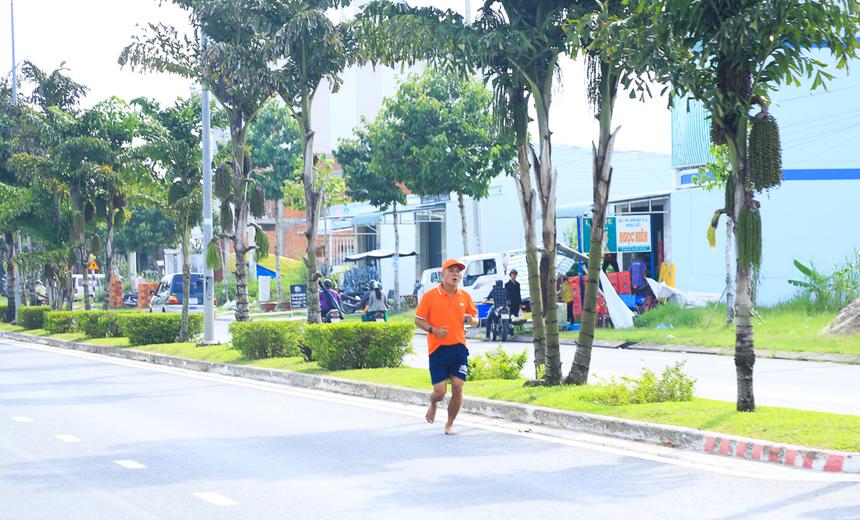 Các runner bắt đầu hành trình chinh phục quãng đường 3,1 km từ sân ĐH FPT Cần Thơ đến cầu Rau Răm và vòng ngược lại để về đích tại điểm xuất phát.