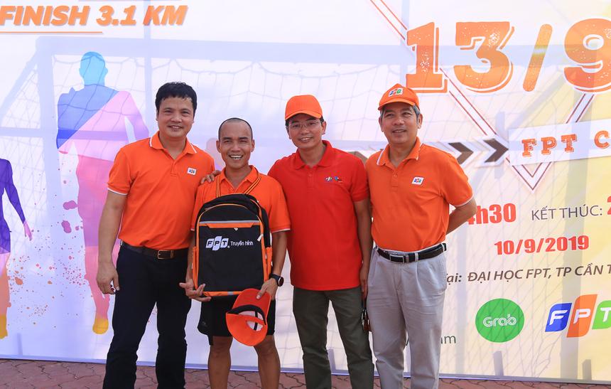 Anh Lê Tấn Thành - Giám đốc chi nhánh Bến Tre về Nhì và nhận phần thưởng là balo FPT Truyền hình từ CEO Nguyễn Văn Khoa. Anh Thành là runner đã chinh phục nhiều giải Marathon lớn.