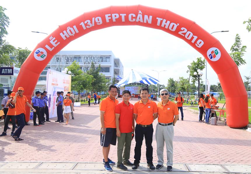 CEO FPT Nguyễn Văn Khoa và CEO FPT HCM Nguyễn Tuấn Hùng chụp hình trước đường chạy với anh Đỗ Văn Khắc (thứ 2 từ trái qua) - Chủ tịch kiêm Tổng giám đốc Công ty TNHH Dịch vụ xử lý số FPT (FPT DPS) vàanh Nguyễn Phong Phú, PGĐ Vùng 7 FPT Telecom kiêm Giám đốc chi nhánh Cần Thơ.