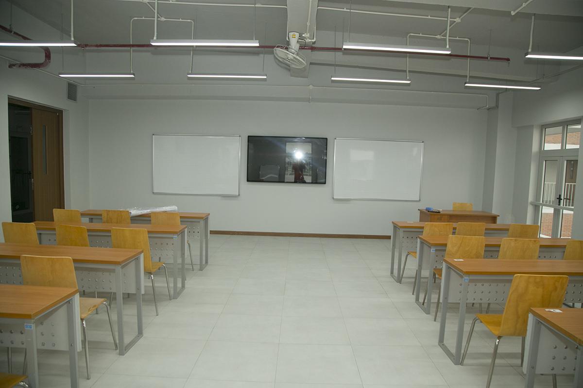Phòng học thông thường được trang bị màn hình LCD để hỗ trợ đắc lực cho việc giảng dạy và học tập. Cơ sở mới có thể phục vụ quy mô khoảng 10.000 sinh viên theo học, mỗi ca là 5.000 người.