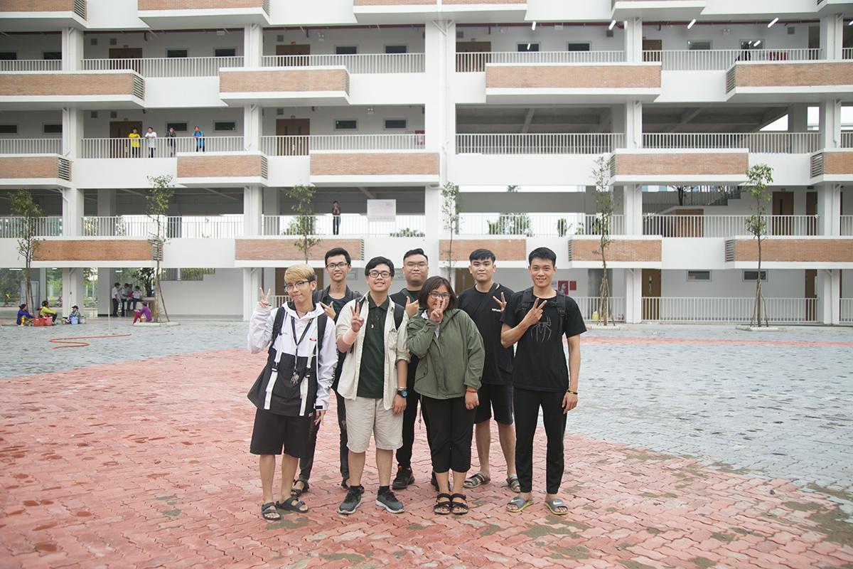 Các sinh viên năm hai thuộc nhiều khoa khác nhau đến tham quan trường trước khi chuyển đến học tập từ ngày 10/9.