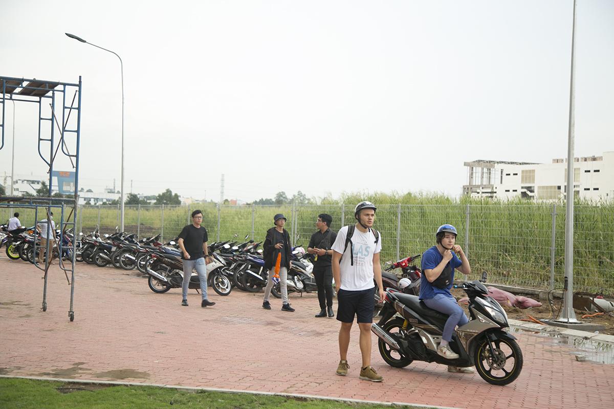 Hiện tại, trường vẫn chưa có nhà gửi xe cho sinh viên và cán bộ nhân viên. Trong thời gian tới, hạng mục này cũng sẽ được xây dựng.