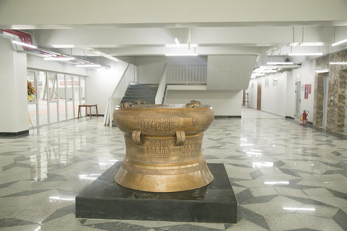 Ngày 3/8 vừa qua, campus quận 9 đã tiến hành an vị trống đồng. Chiếc trống được đúc mô phỏng theo hình dáng và hoạ tiết hoa văn của trống đồng Hy Cương. Bản gốc hiện lưu giữ tại Bảo tàng Hùng Vương thuộc khu di tích lịch sử Đền Hùng và được công nhận là bảo vật quốc gia.