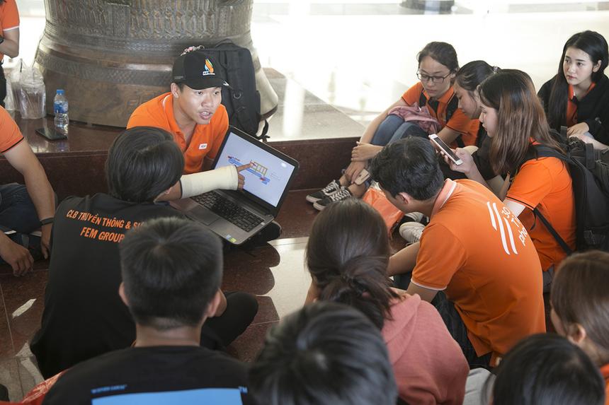 Di chuyển từ Sài Gòn xuống từ sáng sớm, anh Chúng Vĩnh Quyền (FUN HCM) - thành viên BTC lập tức bắt tay vào việc ngay khi đến địa điểm. Trong ảnh, thành viên BTC đang triển khai các phương án chuẩn bị cho các cộng tác viên tham gia hỗ trợ đường chạy Marathon.