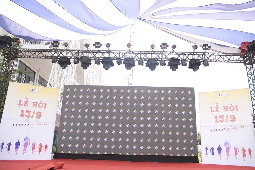 Sân khấu lễ hội 13/9 FPT miền Tây đã được dựng lên phía trước sân campus ĐH FPT Cần Thơ. Đây sẽ là nơi diễn ra lễ xuất phát và trao giải phần thi chạy Maratho cùng hoạt động văn nghệ buổi tối.