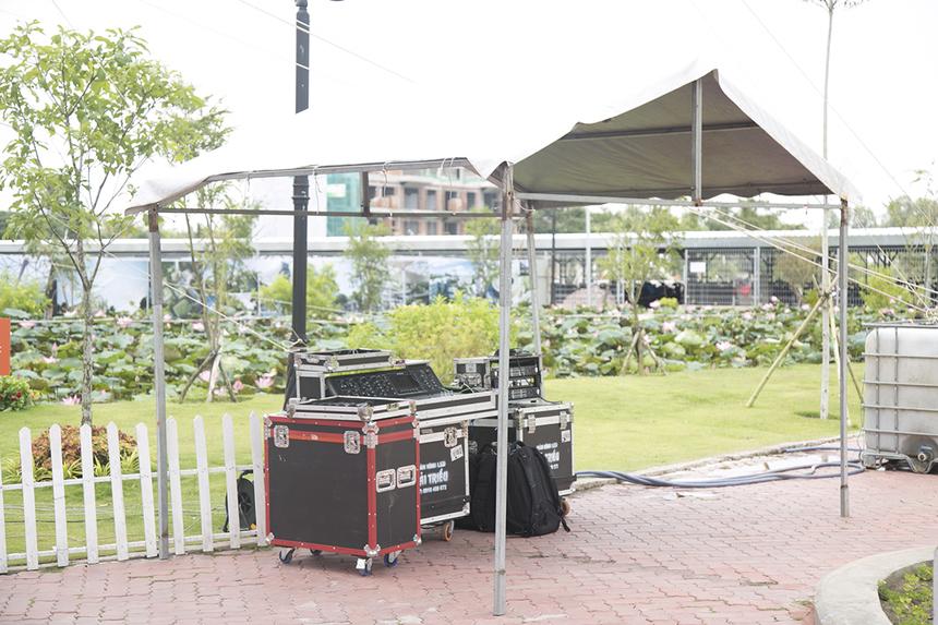 Các trang thiết bị âm thanh, ánh sáng đã được lắp đặt từ buổi sáng và chỉ còn chờ đợi thời khắc bùng nổ trên sân khấu của người nhà F.
