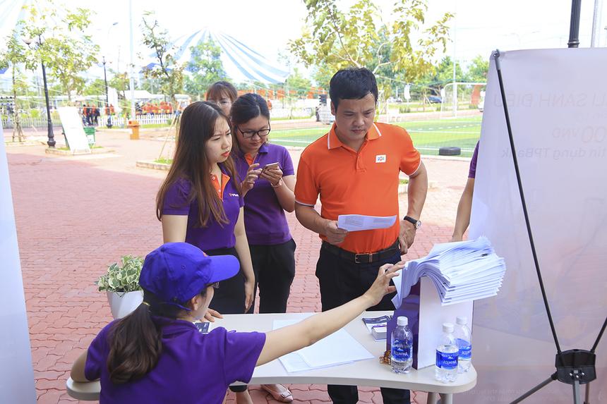CEO FPT Nguyễn Văn Khoa cũng đã có mặt đón mừng sinh nhật tập đoàn với các thần dân nhà F miền Tây. Anh đã đi 1 vòng quan sát các khâu chuẩn bị của BTC và nhà tài trợ chính TP Bank.