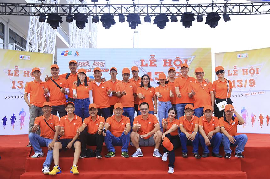 Anh Huỳnh Trọng Nguyễn - CEO Synnex FPT Mekong kiêm Trưởng văn phòng đại diện FPT Cần Thơ chụp ảnh check-in sân khấu cùng các thành viên đơn vị Synnex FPT.