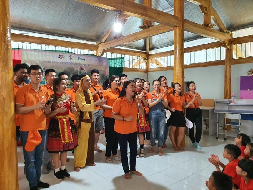 Kết thúc chương trình, toàn đoàn hát tặng các thầy cô và các em học sinh 2 bài ca STCo là FPT ca và Người FPT. Ngoài cửa, cha mẹ các em học sinh đến đón các em về nhà cũng rưng rưng xúc động với những tình cảm, sự thân thiết yêu thương của các cô chú, anh chị tình nguyện viên dành cho con mình.