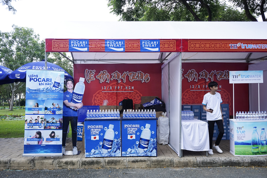Gian hàng của các nhà tài trợ Pocari Sweat và TH true water.