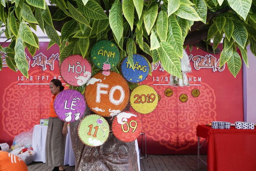 """FPT Online trang trí gian hàng với """"cây đa"""" và những chiếc rá tre màu sắc."""
