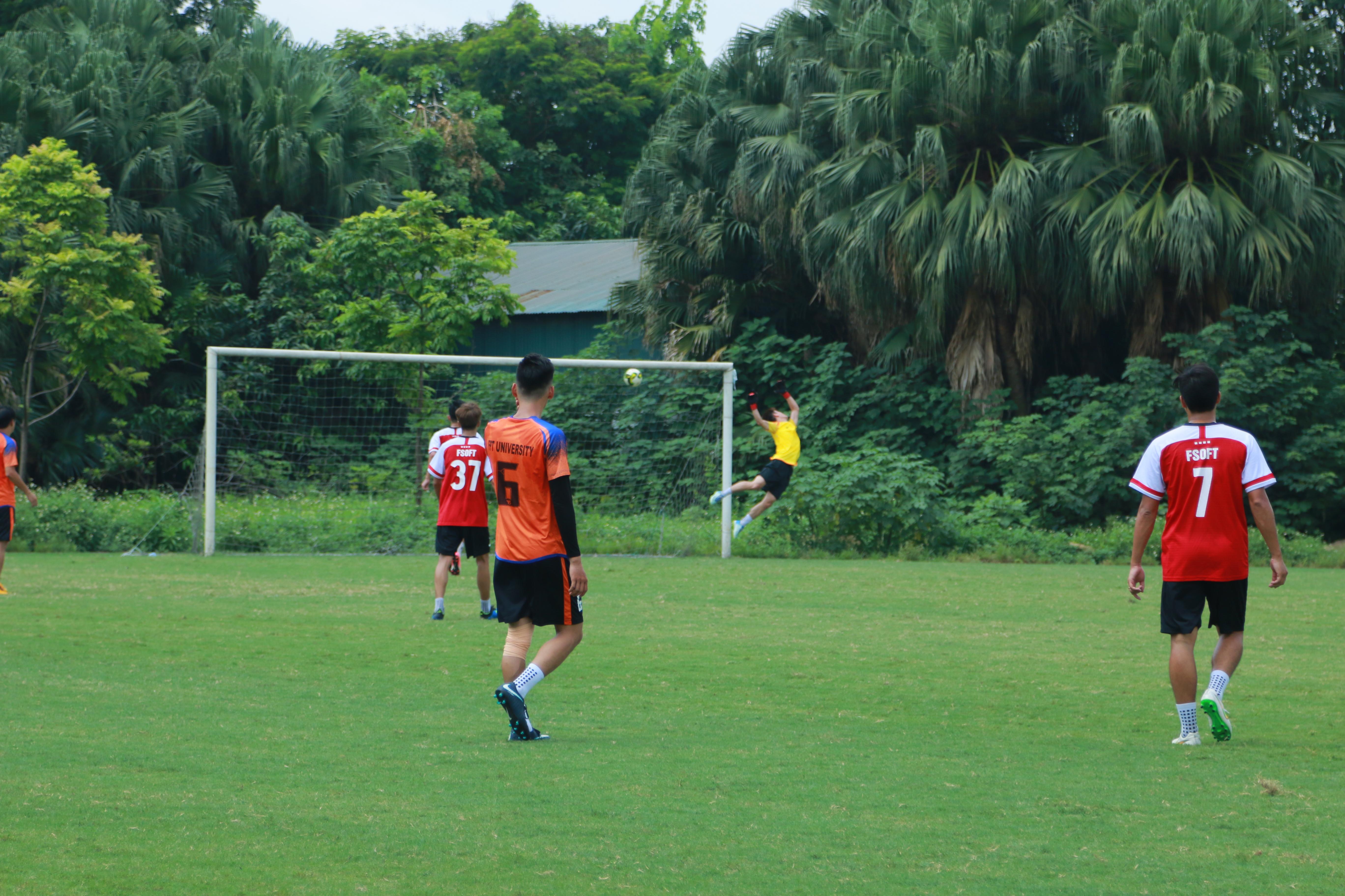 """Trận thứ hai của vòng 4 giải bóng đá FPT Cup 2019 diễn ra giữa FPT Software và FPT Education. Các cầu thủ nhà Phần mềm mặc áo đỏ còn các cầu thủ nhà Giáo dục mặc áo cam. Ngay phút thứ 5 của hiệp một, FPT Software đã mở tỷ số trước với bàn thắng được ghi từ chân sút Trần Trọng Tâm. Các cầu thủ áo đỏ tiếp tục dâng cao đội hình sau đó, với pha sút xa đẹp mắt từ vòng 16m50 của cầu thủ Nguyễn Văn Trung, đã """"hạ gục"""" thủ môn đối phương, sau sự phối hợp nhanh từ khu vực giữa sân."""