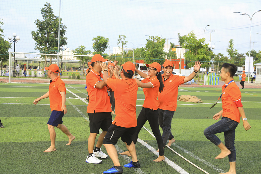 Niềm vui các các thành viên trong đội khi giành được chiến thắng trong thi kéo co.