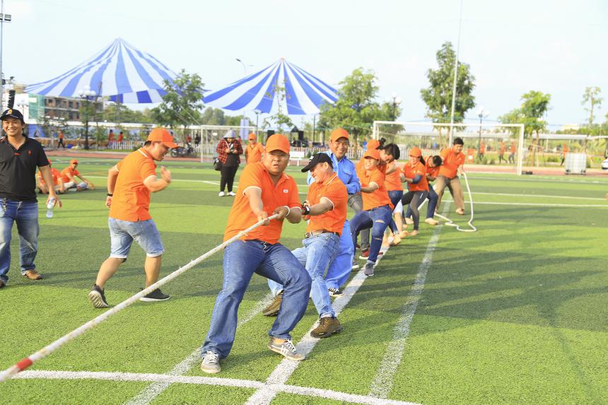 Sau khi lần lượt vượt qua FPT IS, FPT Education và Synnex FPT, các chàng trai cô gái nhà Viễn thông đã bảo vệ thành công ngôi vô địch bộ môn kéo co trong lễ hội 13/9 và nhận về giải thưởng trị giá 1 triệu đồng.