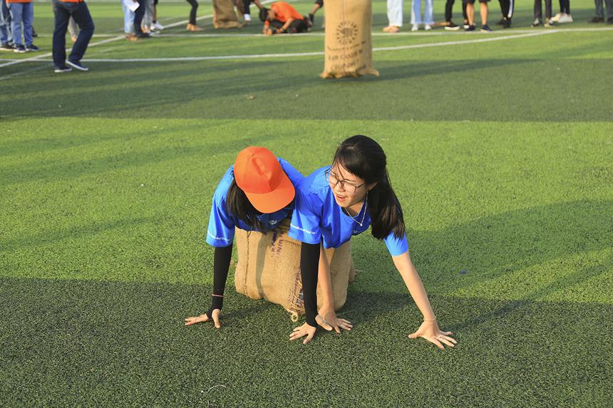 Trò chơi khiến không ít thành viên các đội ngã dúi dụi khi không thể nhảy cùng nhịp.