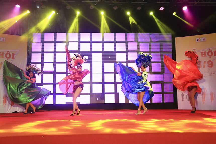 Đêm nhạc mừng sinh nhật 13/9 của người nhà F miền Tây được mở màn bằng những vũ đạo sexy dance đầy lôi cuốn.