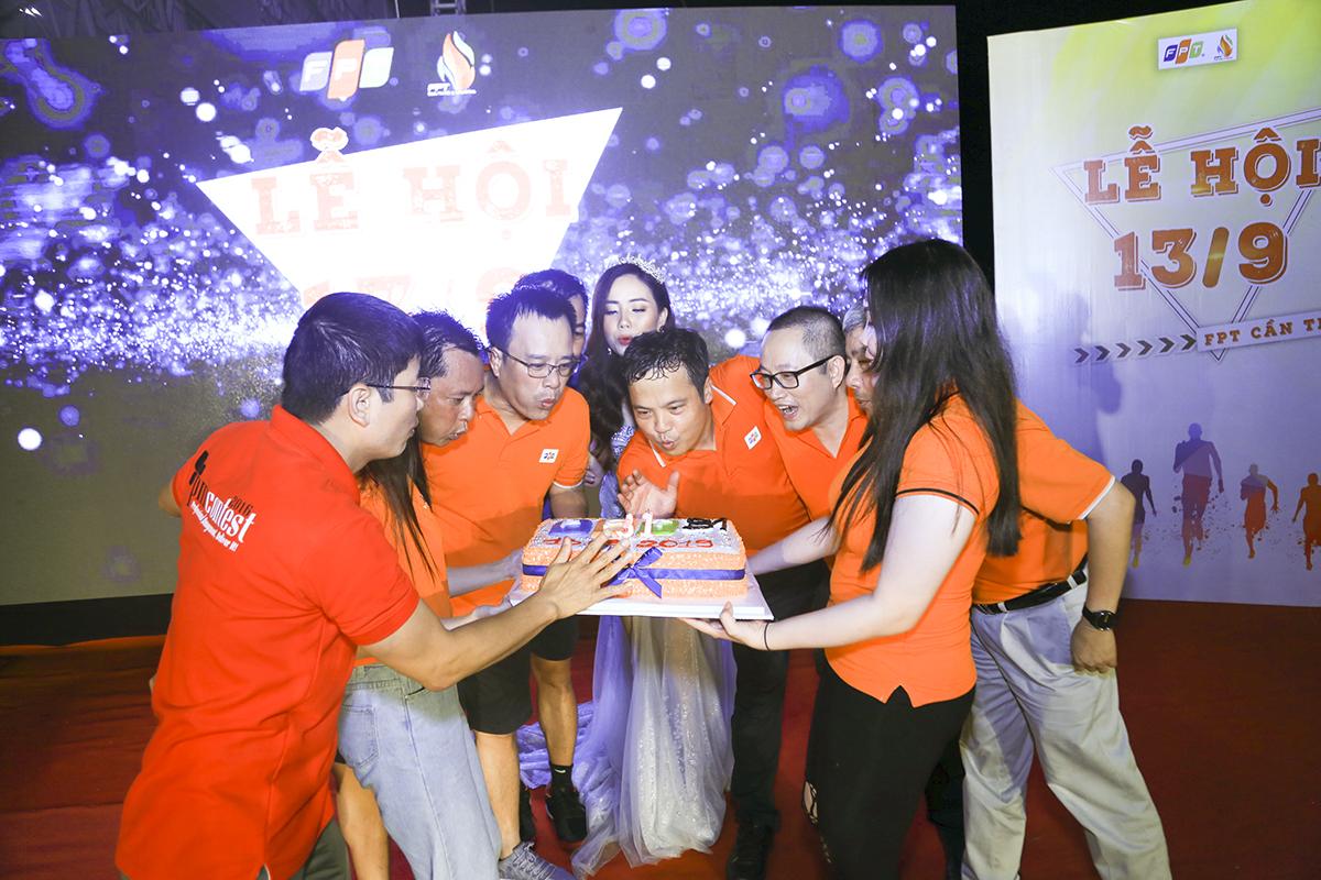 Phần nghi thức quan trọng nhất của chương trình là màn thổi nến mừng sinh nhật FPT của các cán bộ lãnh đạo, gồm (lần lượt từ trái sang): anh Đỗ Văn Khắc - Chủ tịch kiêm Tổng giám đốc Công ty TNHH Dịch vụ xử lý số FPT (FPT DPS, thuộc FPT Software), anh Nguyễn Phong Phú, PGĐ Vùng 7 FPT Telecom kiêm Giám đốc chi nhánh Cần Thơ, anh Huỳnh Trọng Nguyễn - CEO Synnex FPT Mekong kiêm Trưởng Văn phòng đại diện FPT miền Tây, anh Trần Minh Hùng - Giám đốc FPT Software Cần Thơ, CEO Nguyễn Văn Khoa, anh Nguyễn Xuân Phong - Hiệu trưởng ĐH FPT Cần Thơ và anh Nguyễn Tuấn Hùng - Giám đốc FPT HCM.