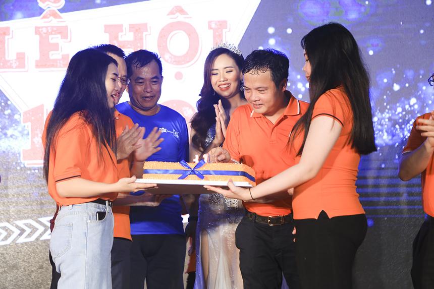 """Anh Nguyễn Văn Khoa tự tay cắt bánh sinh nhật mừng tuổi 31 của Tập đoàn. """"Đây là dịp 13/9 đầu tiên của tôi trên cương vị mới. Hy vọng tôi và các bạn sẽ cùng nhau nỗ lực hơn nữa vì sự phát triển của FPT""""."""