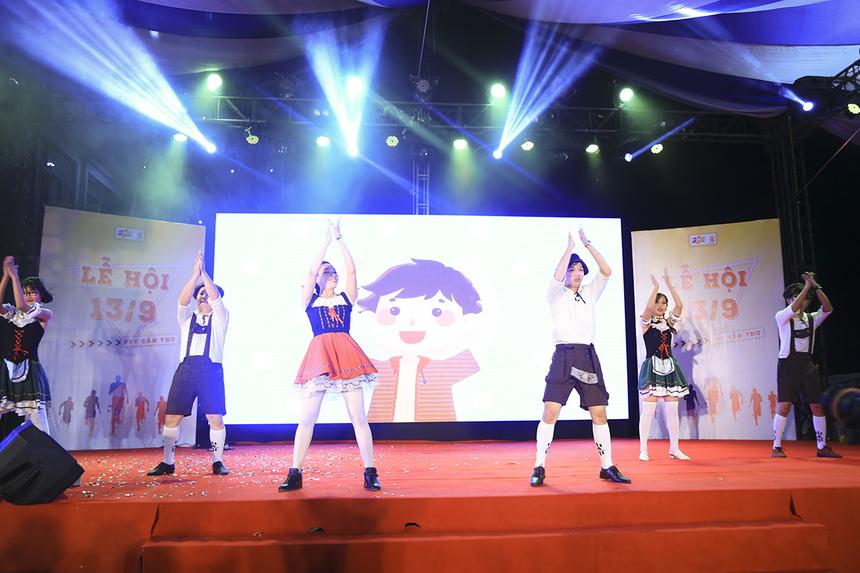 """Mở màn cho đêm văn nghệ với chủ đề """"Các quốc gia"""" là tiết mục nhảy mang tên """" Lễ hội bia tháng 10"""" của dàn vũ công đến từ FPT Software Cần Thơ."""