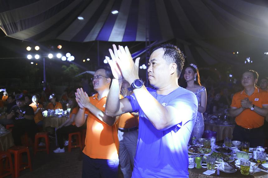 """Anh Trần Minh Hùng - Giám đốc FPT Software đã đứng dậy suốt tiết mục để cổ vũ cho """"gà nhà""""."""