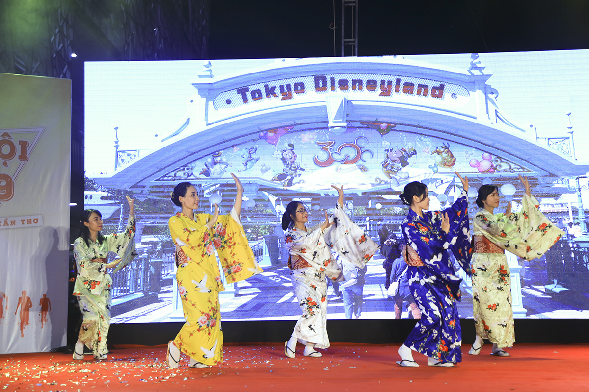 """Synnex FPT ra mắt người nhà F bằng màn múa Yosakoi của Nhật trong vở nhạc kịch mang tên """"Ước mơ""""."""
