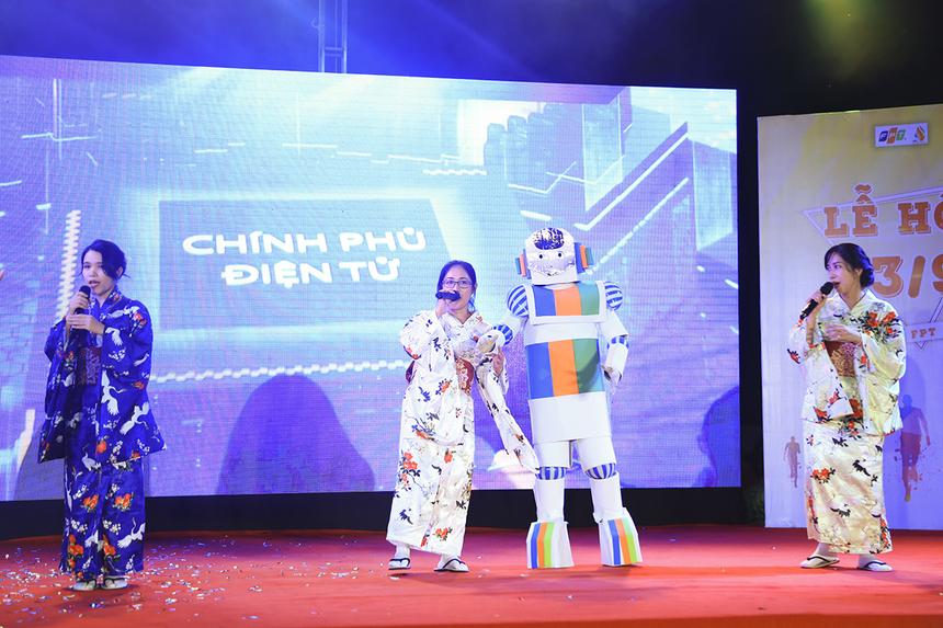 Synnex FPT miền Tây mang đến chương trình chú robot có khả năng đưa con người trở về quá khứ để kể về những thành tựu mà các công ty thành viên của FPT đã đạt được.