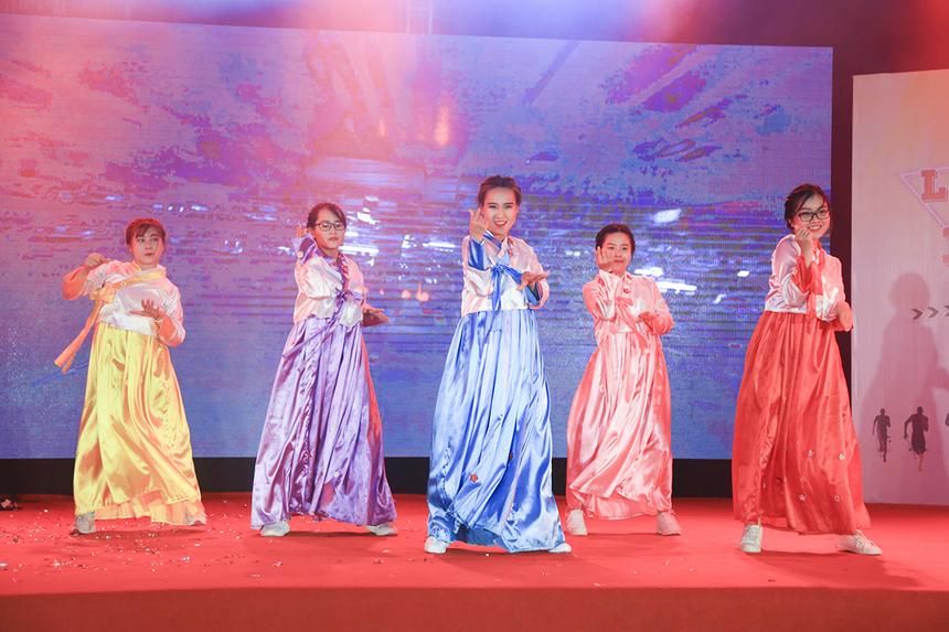 """Trong khi đó, các cô gái đến từ FPT Education lại khiến khán giả """"đứng ngồi không yên"""" với những vũ điệu sôi động trên nền nhạc K-pop, khi khoác lên mình những bộ Hanbok rực rỡ của đất nước Hàn Quốc."""