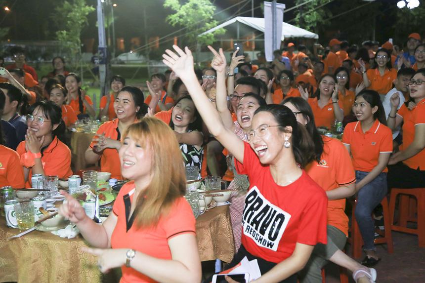 Màn vũ đạo nhận được sự tán thưởng, cổ vũ không ngớt của khán giả nhà F, đặc biệt là các CBNV ĐH FPT Cần Thơ.