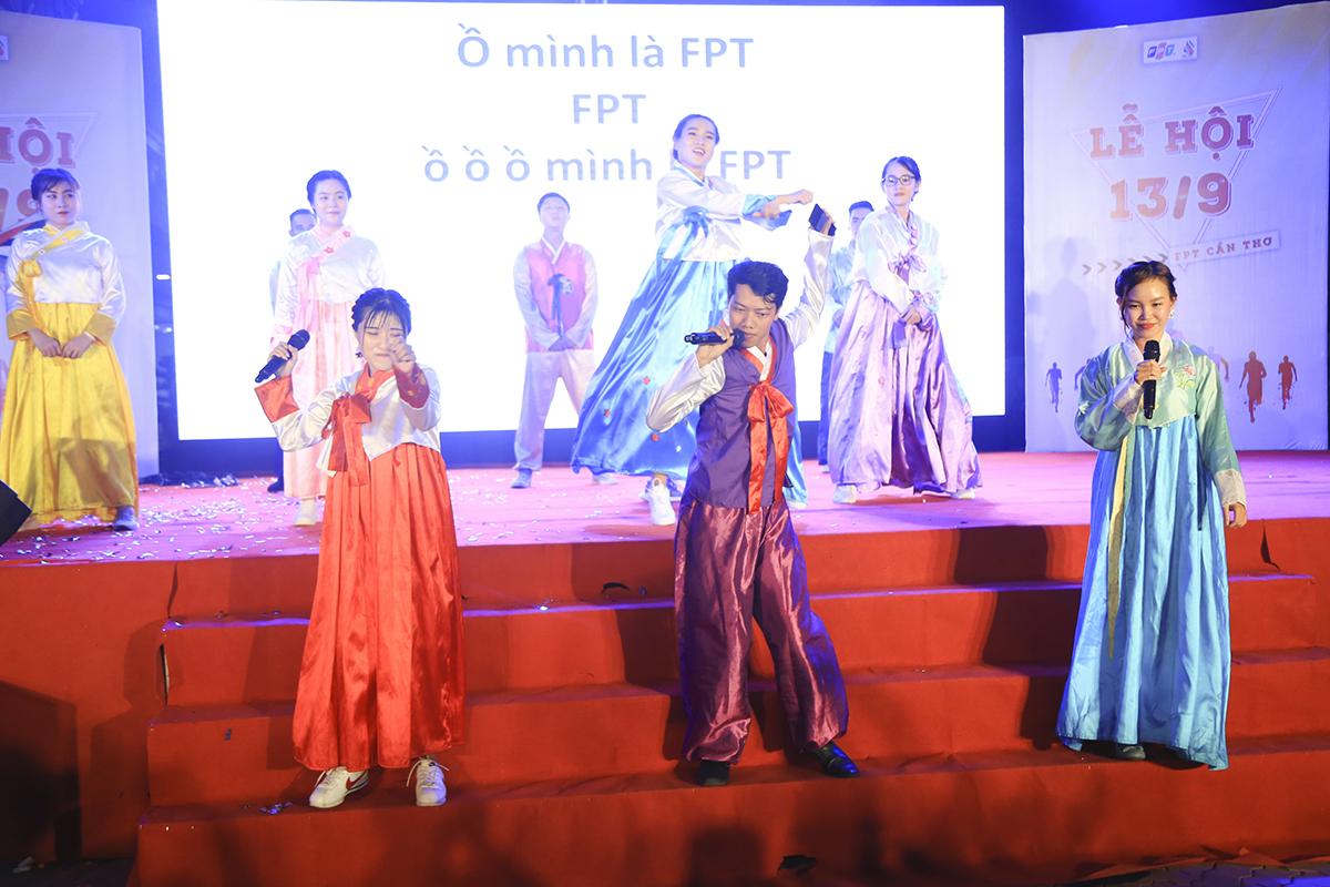 Tiết mục của nhà Giáo dục được khép lại bằng màn Gangnam Style sôi động do anh Uyên Cầm - cán bộ phòng CTSV ĐH FPT Cần Thơ thể hiện.