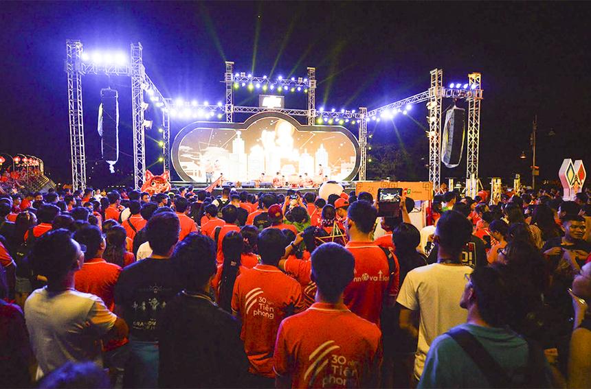 18h45, chương trình lễ rước đèn lớn lần đầu được nhà F tổ chức khởi động bằng tiết mục múa lân sư rồng của đoàn Phước Anh Đường.