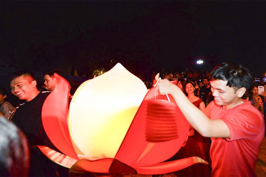 """Hình ảnh bông sen tượng trung cho chính tên gọi của nhà Sen Đỏ. Đoàn rước đèn của Sen Đỏ còn khiến nhiều khán giả nhớ đến bởi slogan """"Chị Đại Sen Đỏ - Bạn của mọi nhà"""".Trên đường rước đèn, thành viên nhà Sen Đỏ không quên tranh thủ quảng bá các chương trình khuyến mãi hấp dẫn đang và sắp diễn ra."""