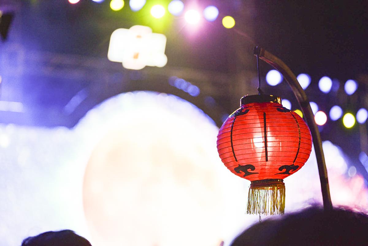 Ngoài ra, BTC còn bố trí hàng trăm chiếc lồng đèn giấy trên hai bên chiếc cầu Ánh Sao tạo nên cảnh tượng cực kỳ hoành tráng cho lễ rước đèn có một không hai của người FPT HCM.