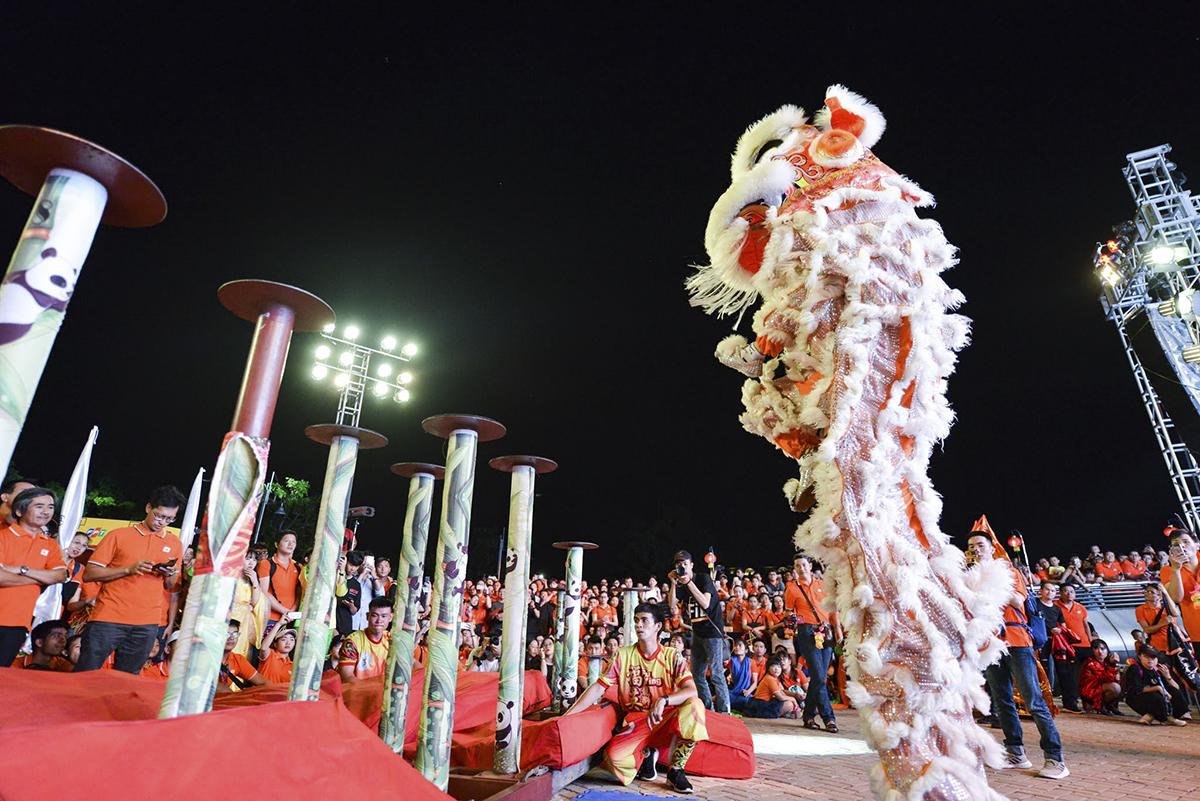 Tiết mục được chờ đợi nhất trước phần rước đèn Trung thu là phần múa mai hoa thung của cặp lân đoàn Phước Anh Đường.