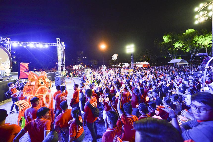 Ngay sau màn múa lân - sư - rồng, khoảng 3.000 người nhà F bắt đầu thắp lên những chiếc đèn lồng của mình.