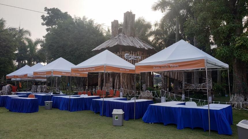 Quầy đồ ăn đã được dựng trong khu vực sân tổ chức.