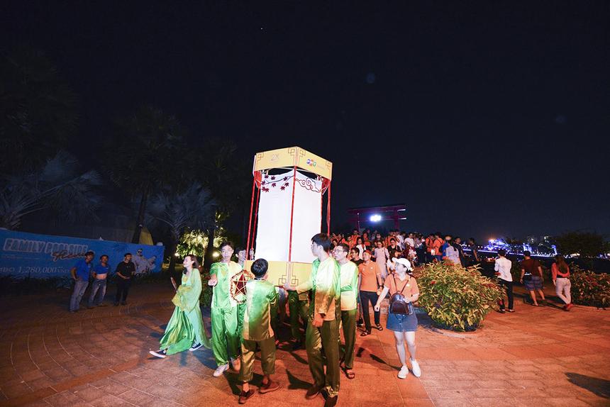 """Lồng đèn của nhà Phần mềm đạt giải """"lồng đèn lớn nhất"""" với kích thước 2m x 1,5m, cần đến 4 người khiêng. Đây cũng là lồng đèn được CEO Nguyễn Văn Khoa trao giải thưởng riêng cho chiếc lồng đèn anh thích nhất vì """"nghe nói các bạn đã mất đến 1 tuần để làm chiếc lồng đèn này""""."""