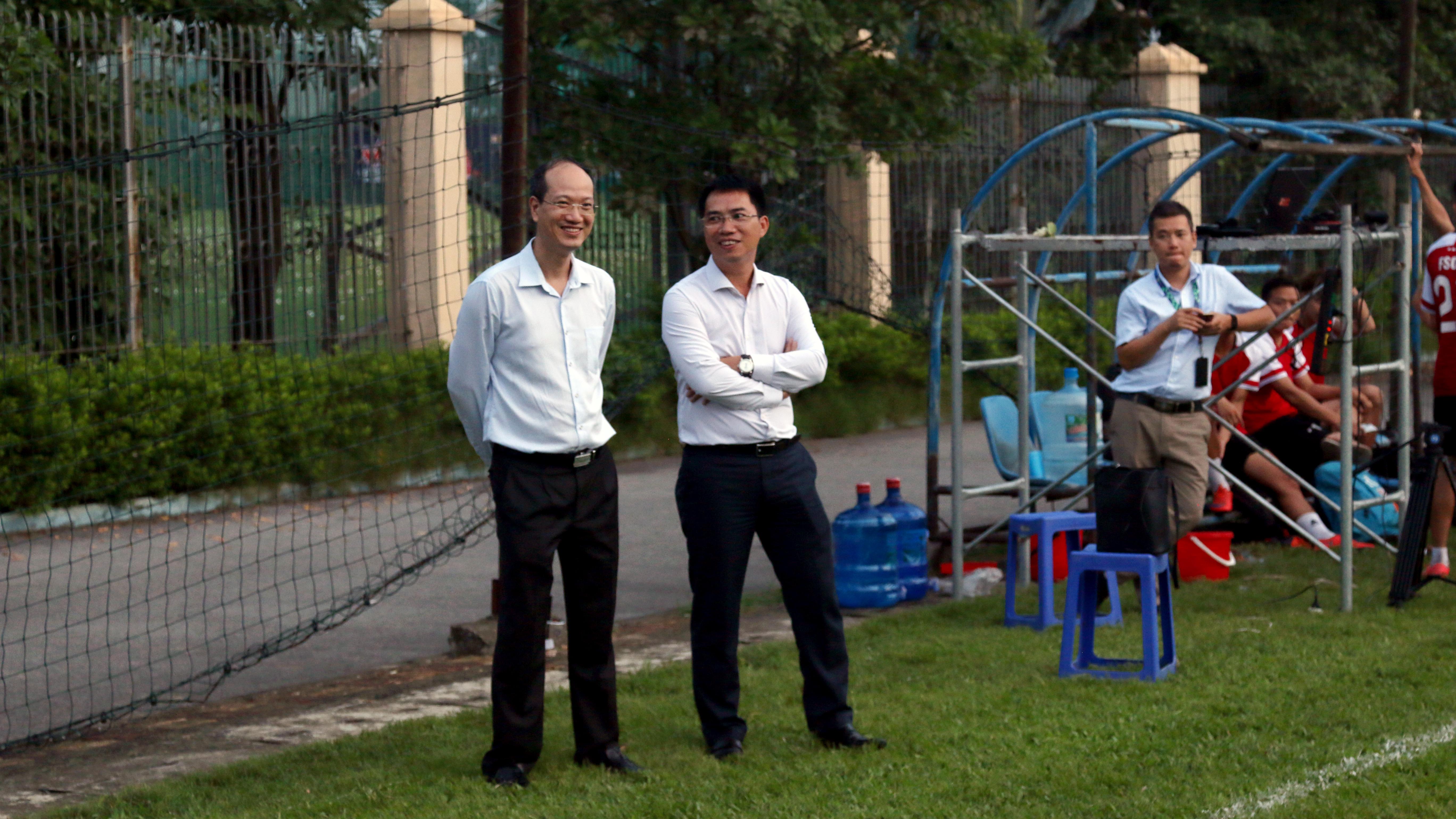 Vòng cuối giải bóng đá FPT Cup có sự hiện diện của PTGĐ FPTNguyễn Thế Phương (bên trái) và PTGĐ kiêm Chủ tịch Công đoàn TP Bank Nguyễn Việt Anh.