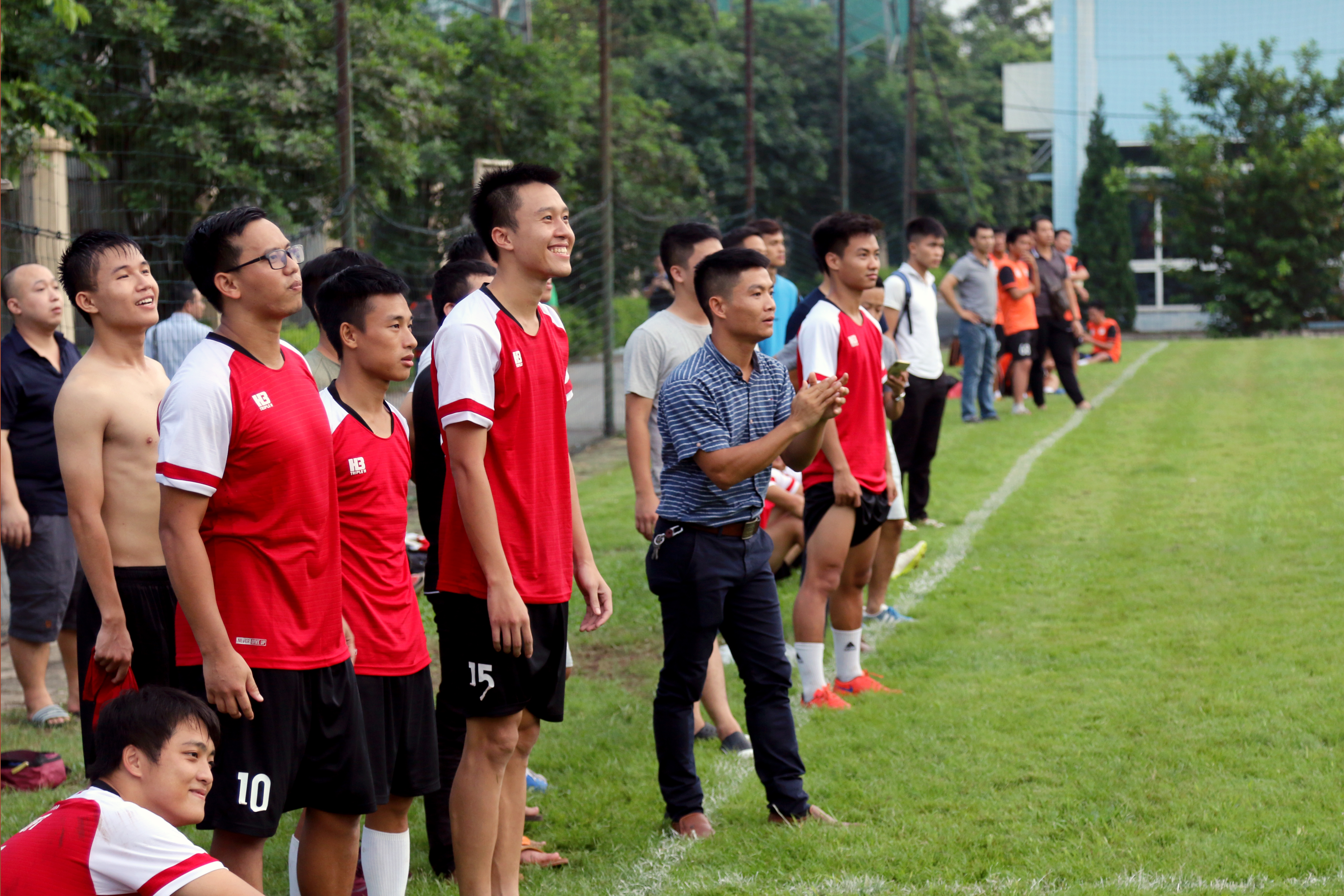Đội hình cầu thủ, huấn luyện viên kiêm cổ động viên cho đội FPT Software.