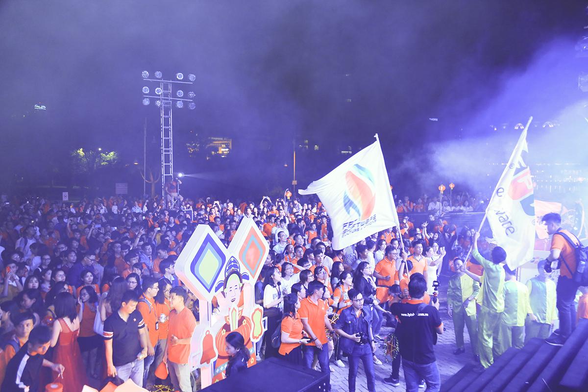19h50, sau gần 1 giờ xem múa lân - sư - rồng và tham gia lễ hội rước đèn lớn nhất Việt Nam, người nhà F phía Nam lại cùng nhau tụ họp về phía trước sân khấu để thưởng thức các tiết mục văn nghệ từ những đơn vị thành viên.