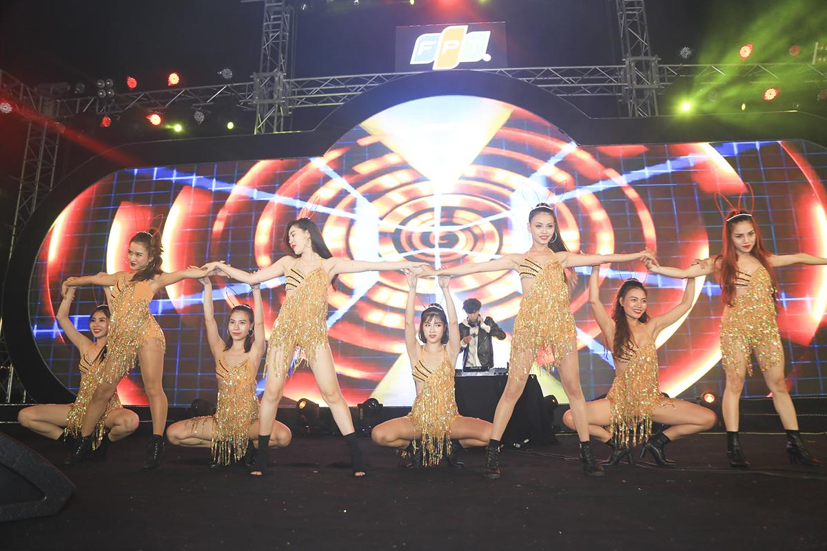 Mở đầu chương trình nhạc hội là màn sexydance của vũ đoàn cùng sự xuất hiện của DJ HòaProX.