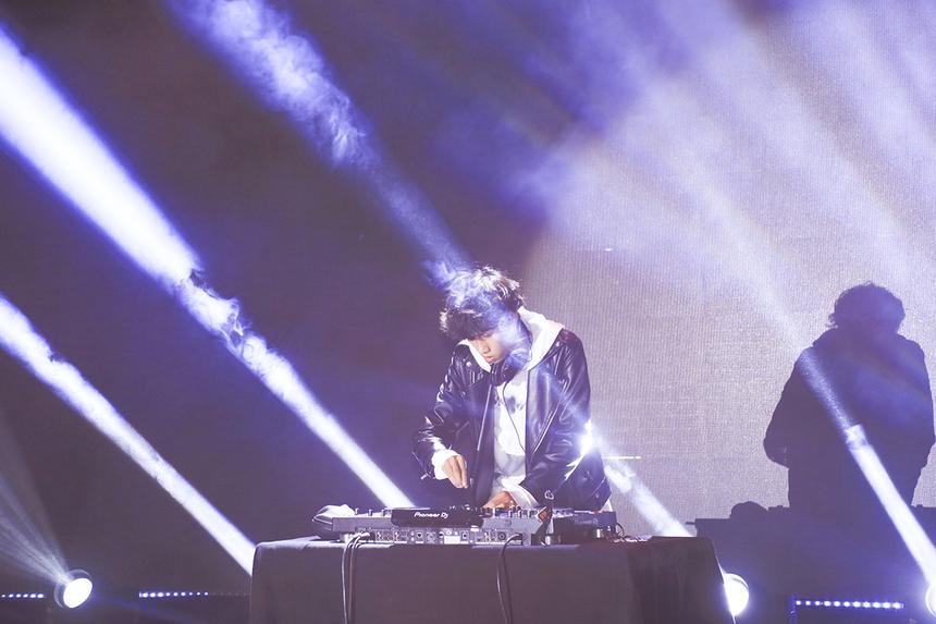 Sau phần lễ kết thúc, DJ HòaProX tiếp tục khuấy động không khí người nhà F, để chuẩn bị bước vào phần thi văn nghệ.