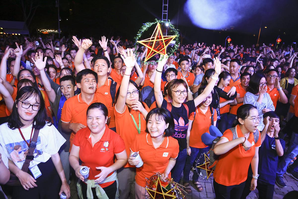 Hơn 3.000 thành viên nhà F sau màn rước đèn đã cùng nhau tập trung về đầu cầu Ánh Sao, phía trước sân khấu để đón chào màn biểu diễn của các đơn vị thành viên và ca sĩ khách mời.