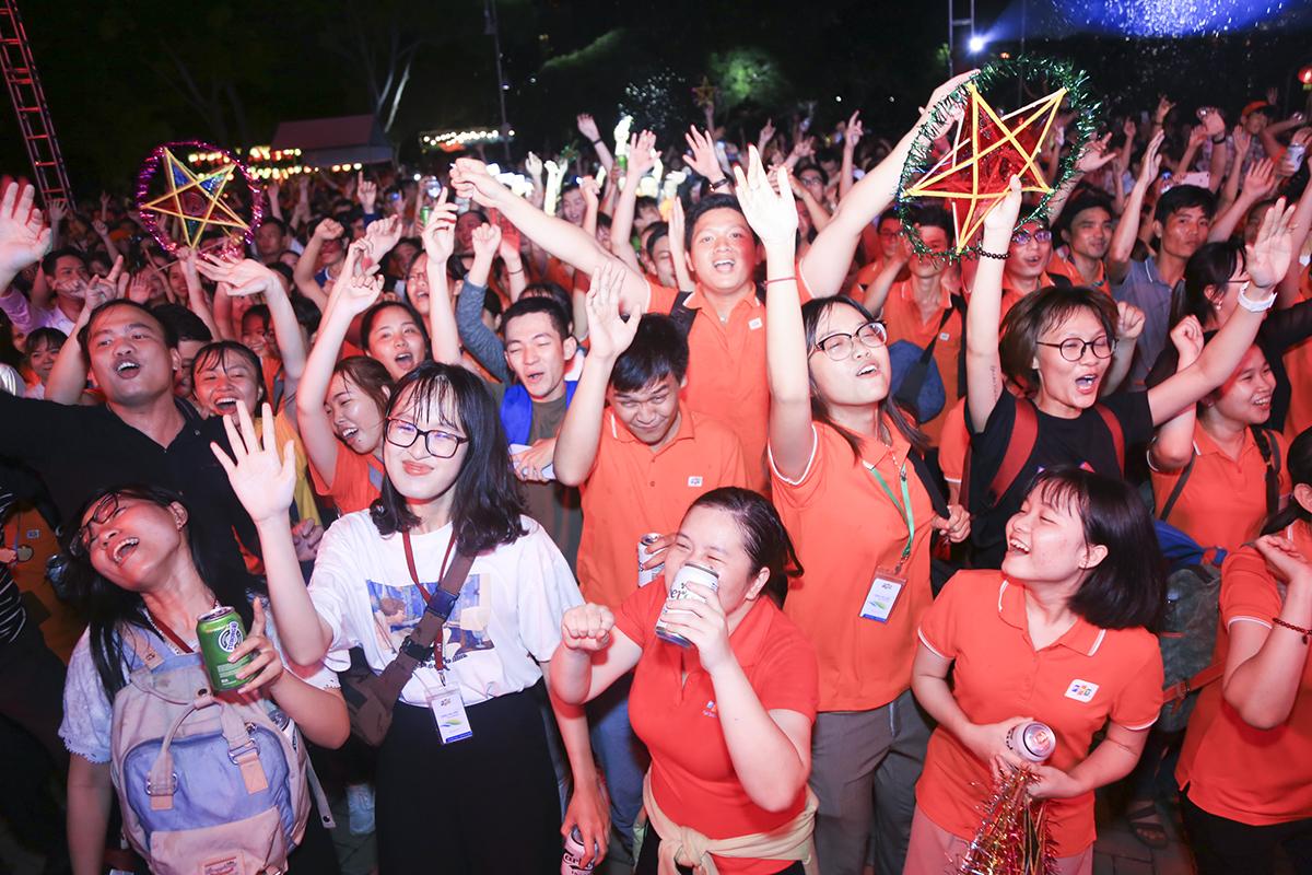 21h15, sau phần trình diễn của các tiết mục văn nghệ đến từ các công ty thành viên là phần được chờ đợi nhất của đêm nhạc - sự xuất hiện của ca sĩ Trọng Hiếu.